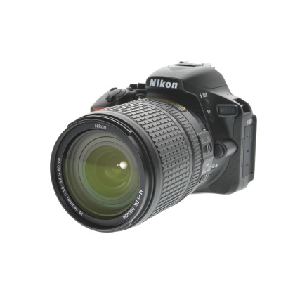 Nikon D5600, AF-S 18-140mm VR (24.2MP, 5FPS, WiFi)